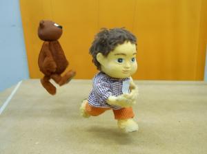吊られた人形立ち