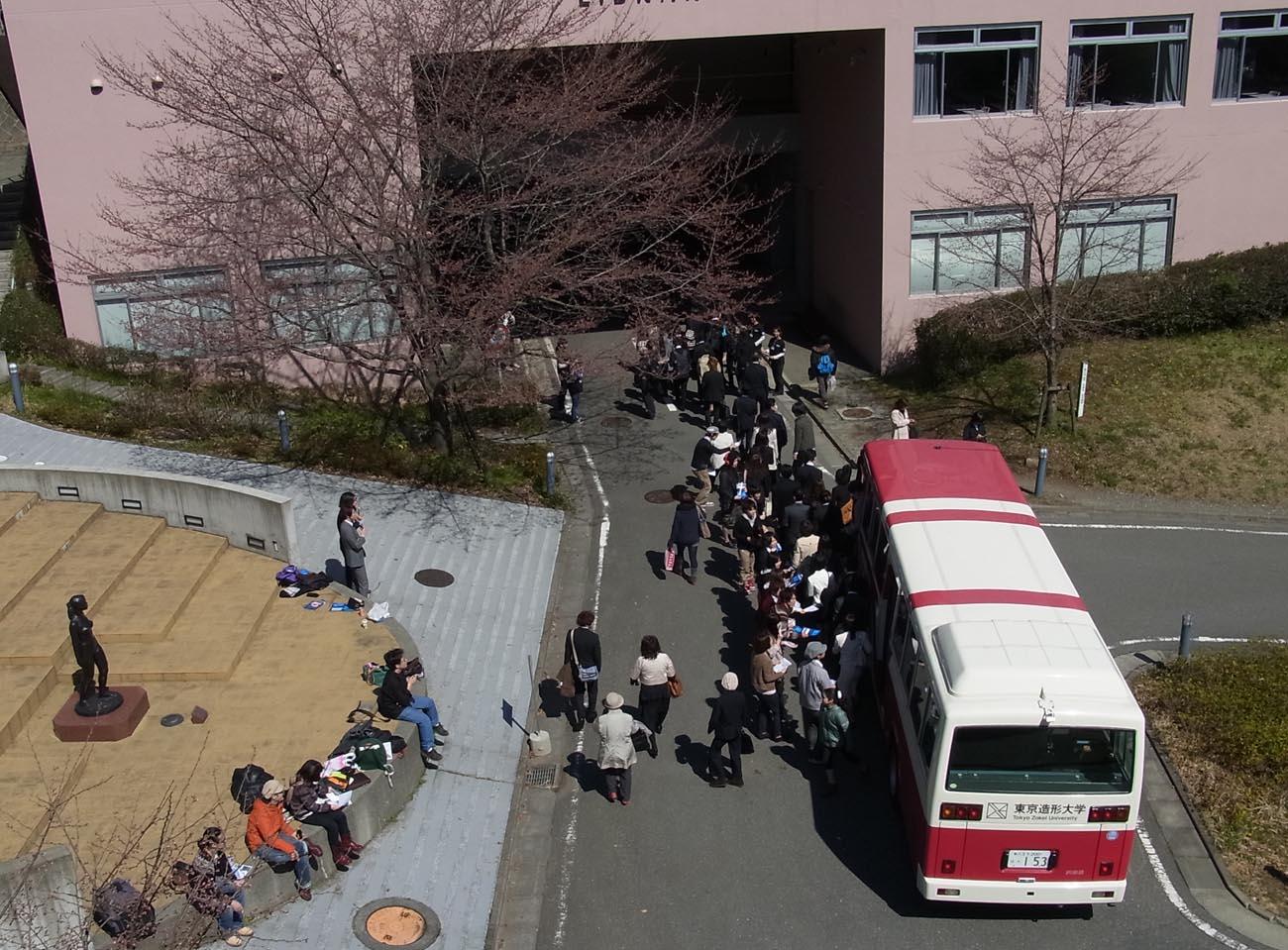 スクールバスから降りる新入生をゲット!