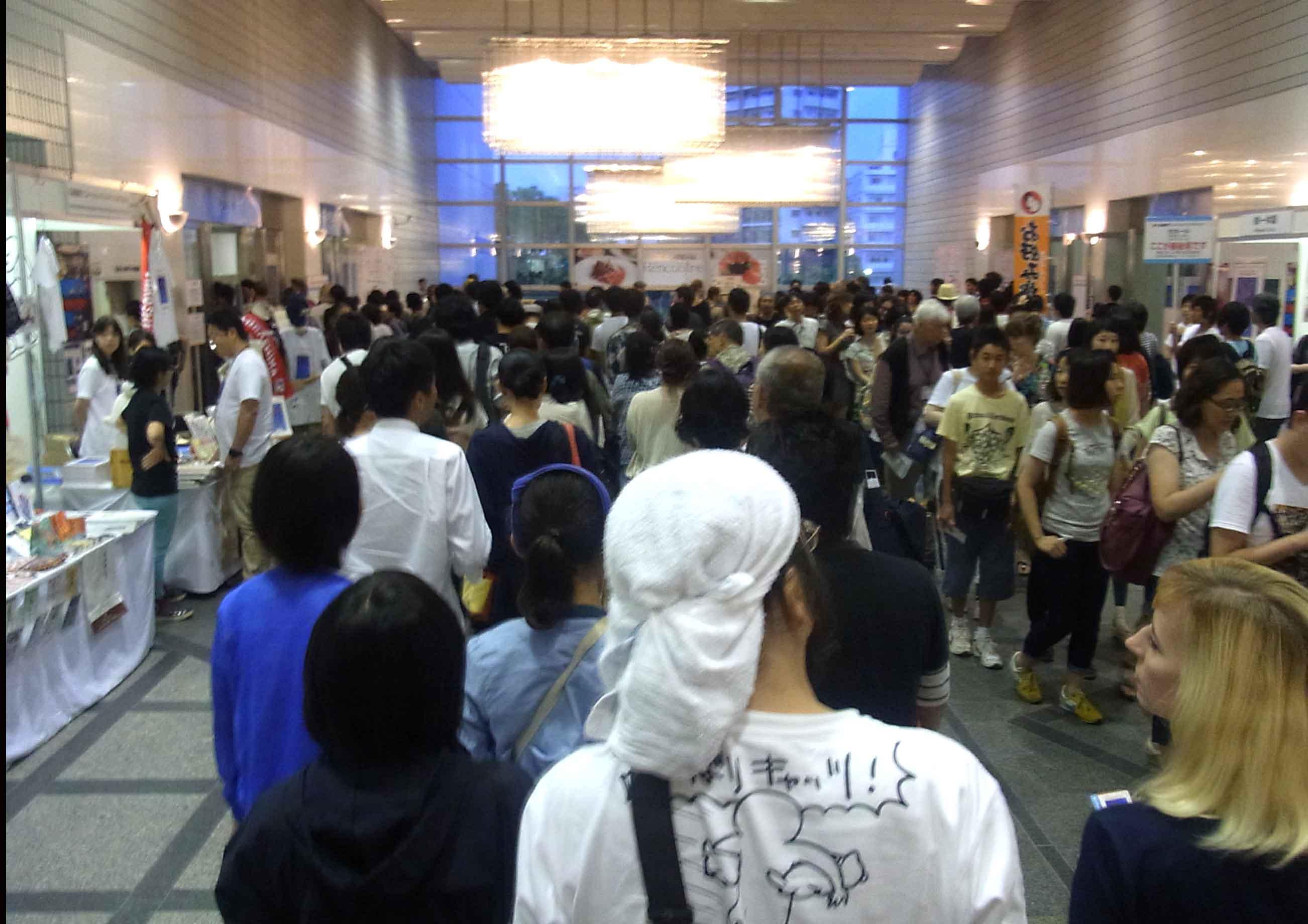 毎日夕方のコンペは入場を待つ大行列が!