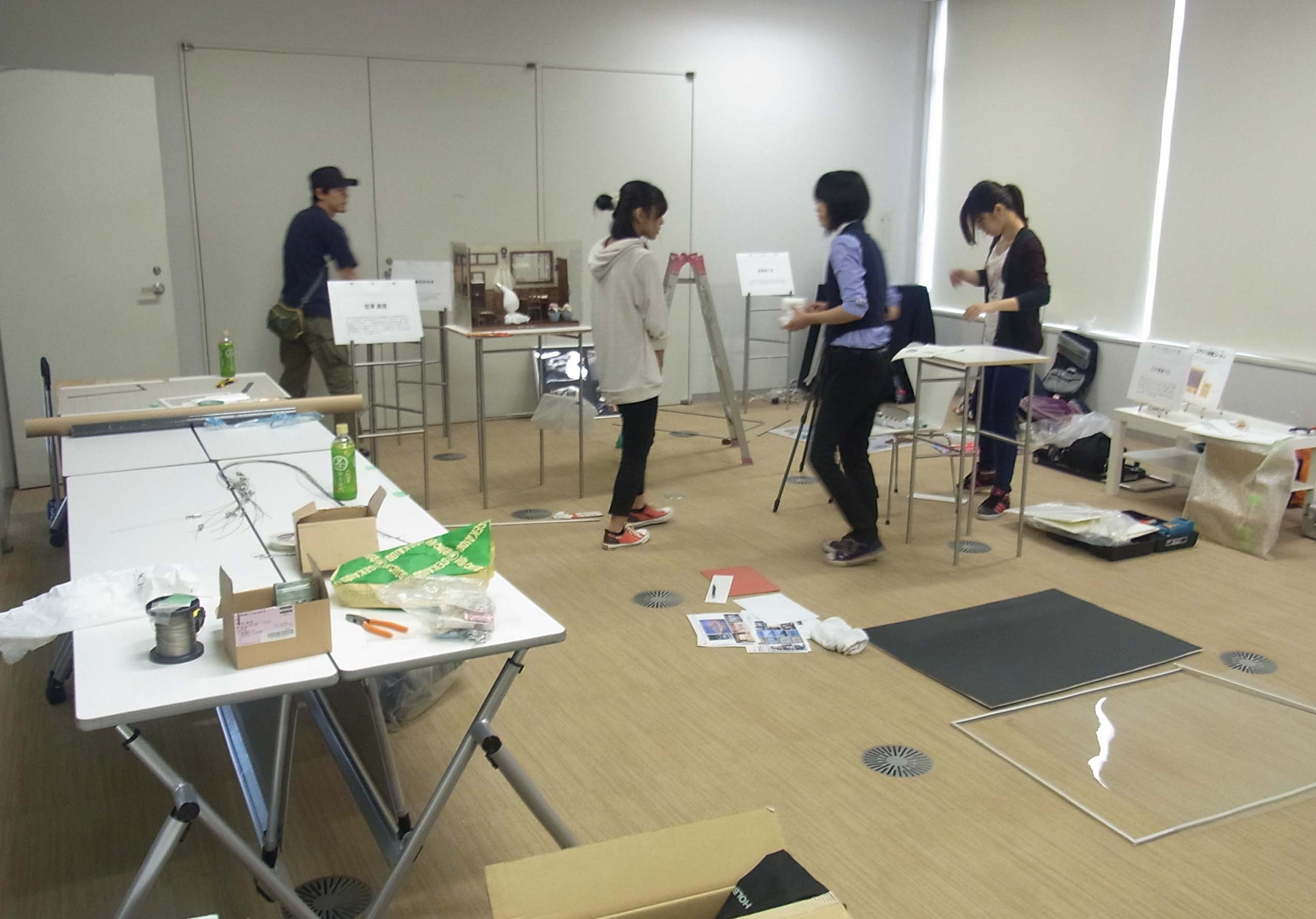 シンポジウム作家の撮影人形が飾られる研修室